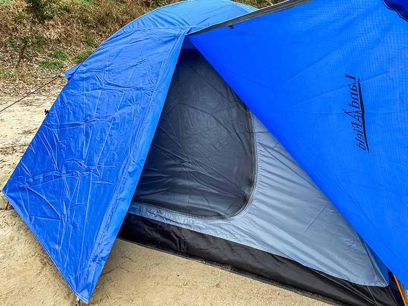 テント入口を広げた写真