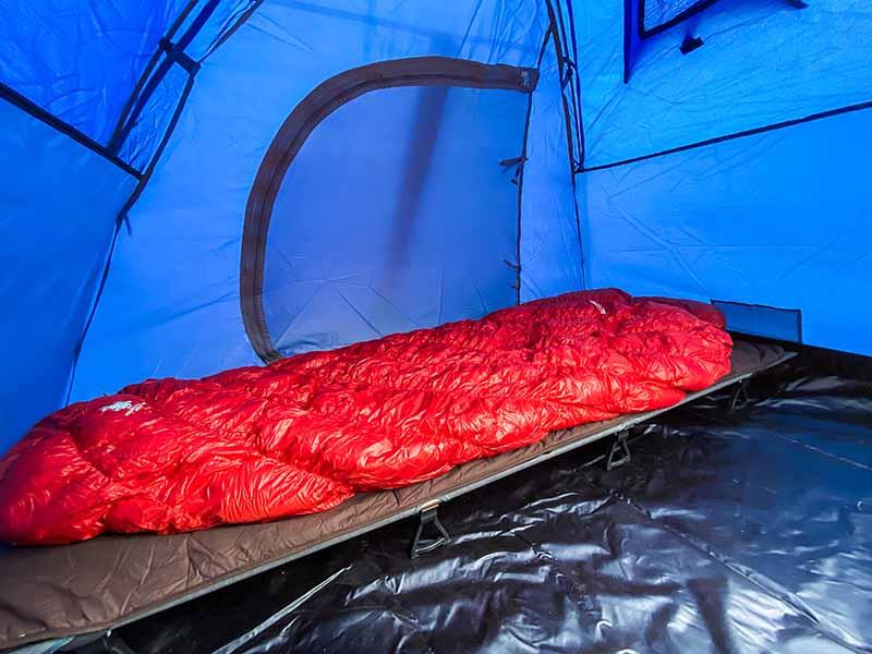 テント内にコットを入れたところ