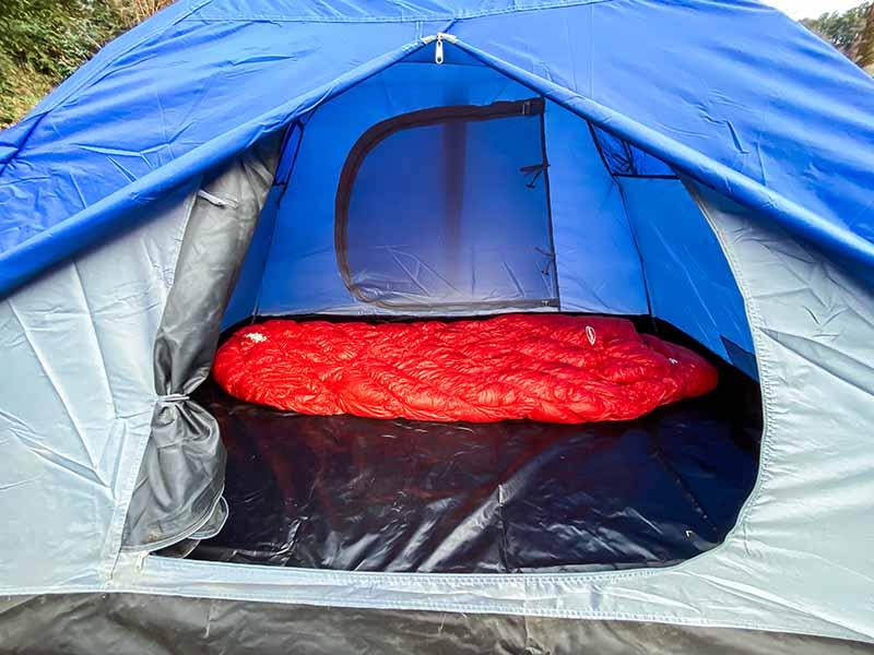 テント内に寝袋を敷いた写真