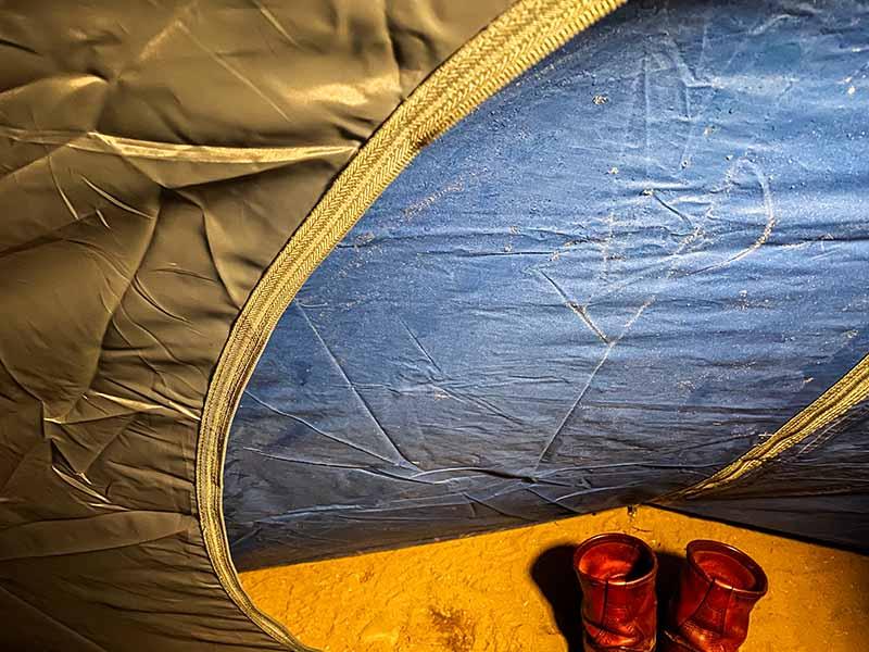 夜露で凍りつくテント
