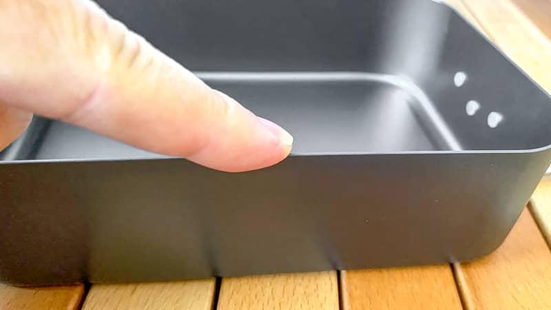 指で縁を触る