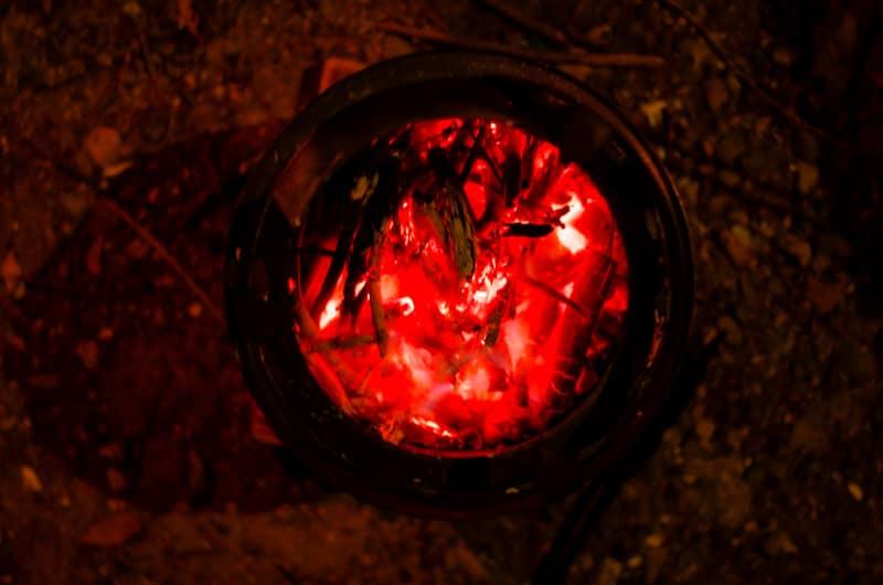 焚き火の火が残ったまま寝る