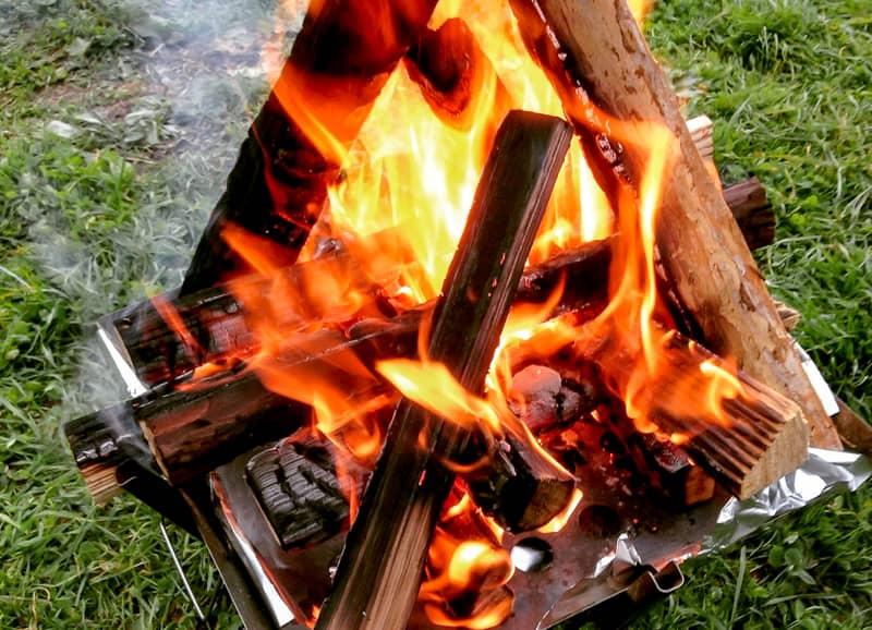 焚き火台から食み出す程薪をくべる