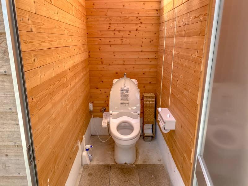 お台場海浜庭園キャンプ場の個室トイレ