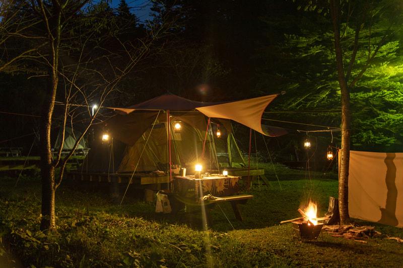 ビンテージランタンのあるキャンプ風景