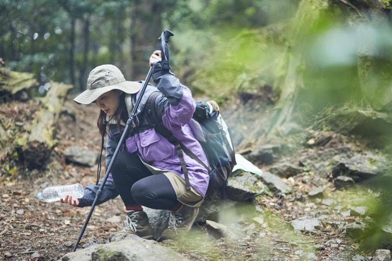 山で休憩をする女性