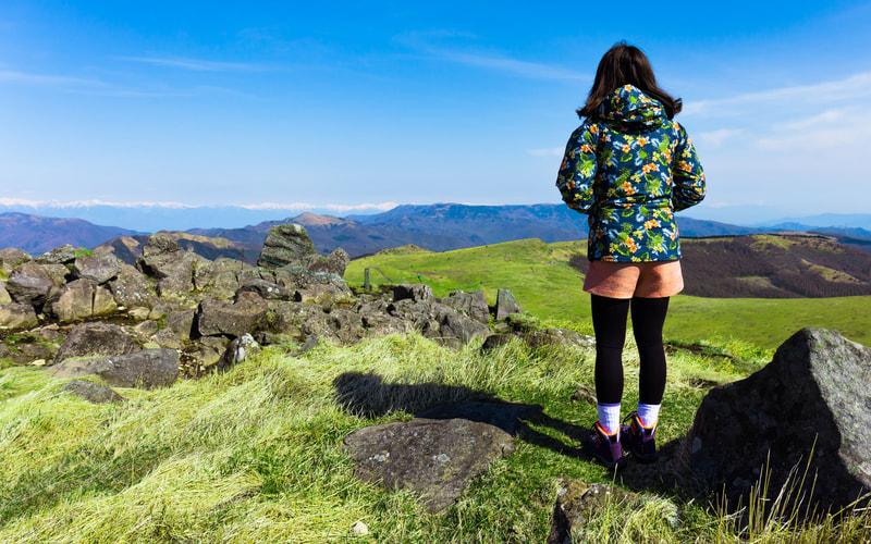 山の頂上に立つ女性