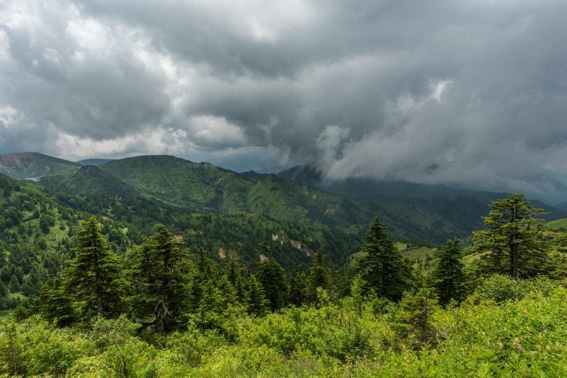悪天候の山