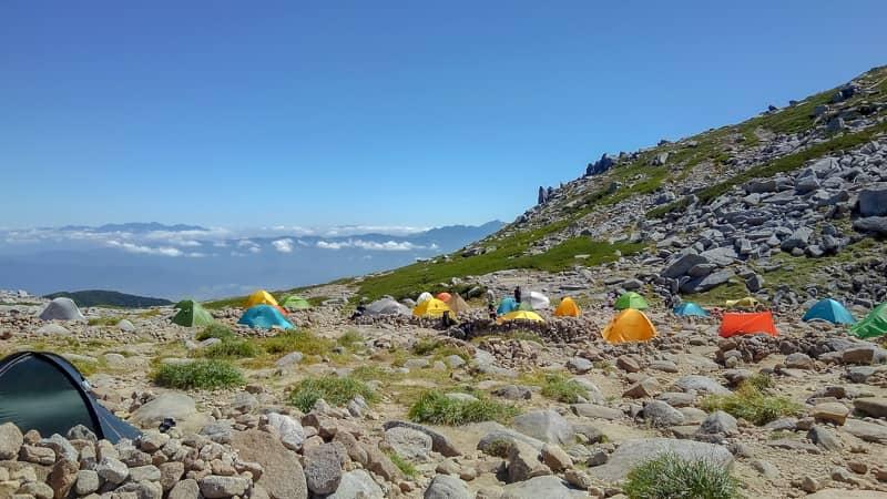 昼のテント場