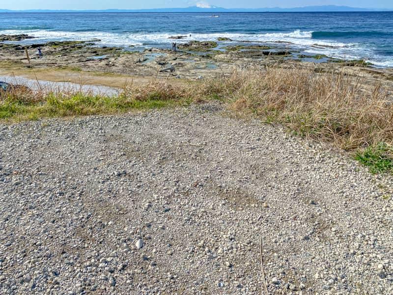 砂利と土が混じった硬い地面