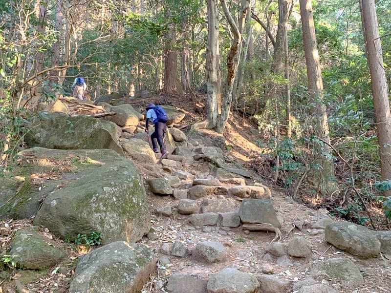 4.岩だらけの急な道
