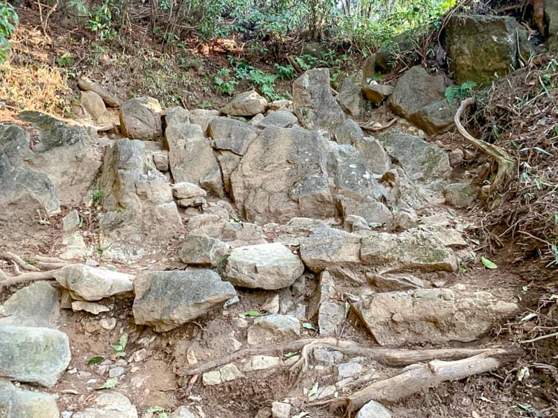 4.急登と巨大な岩の壁