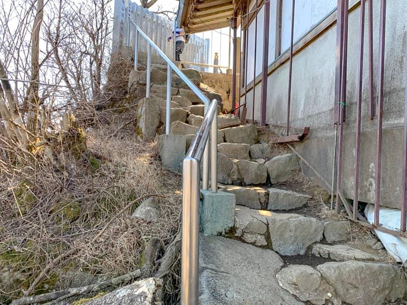 6女体山御本殿の脇道の階段の