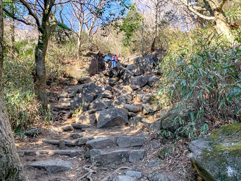 6.巨大な岩が積み重なった道のりをひたすら登ります