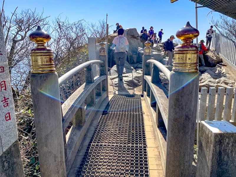 6.橋の先が山頂