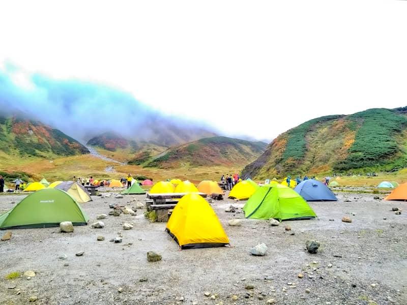 キャンプ場とテントと霧