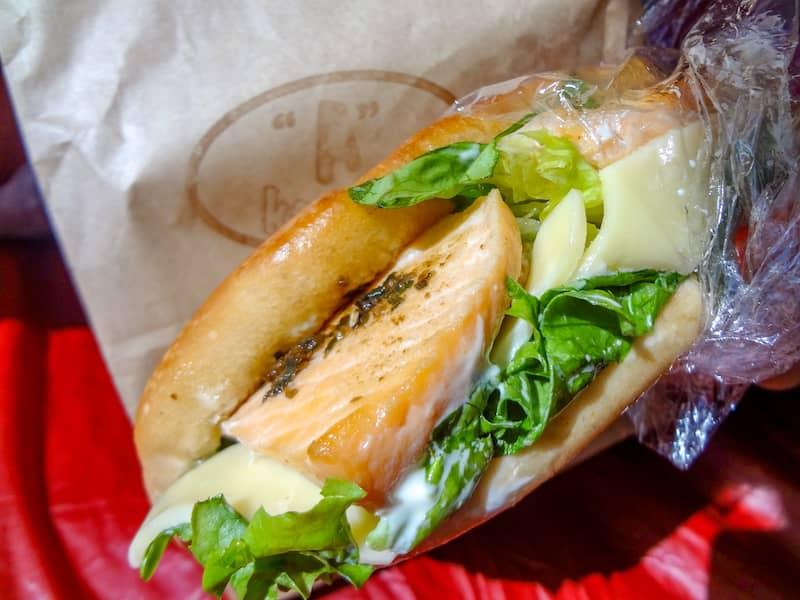 ニジマスバジルチーズパン