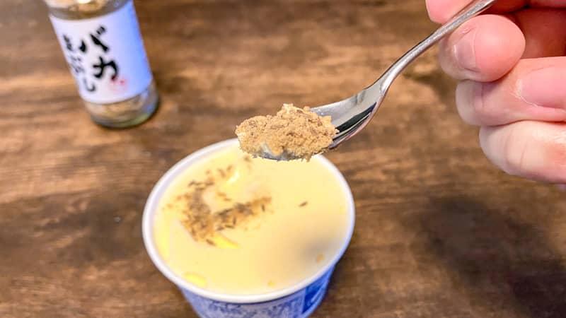 バニラアイスをスプーンですくう