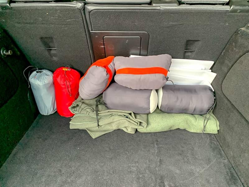 一番初めに車に積むのは「寝具」