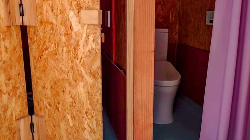 女子トイレ個室扉