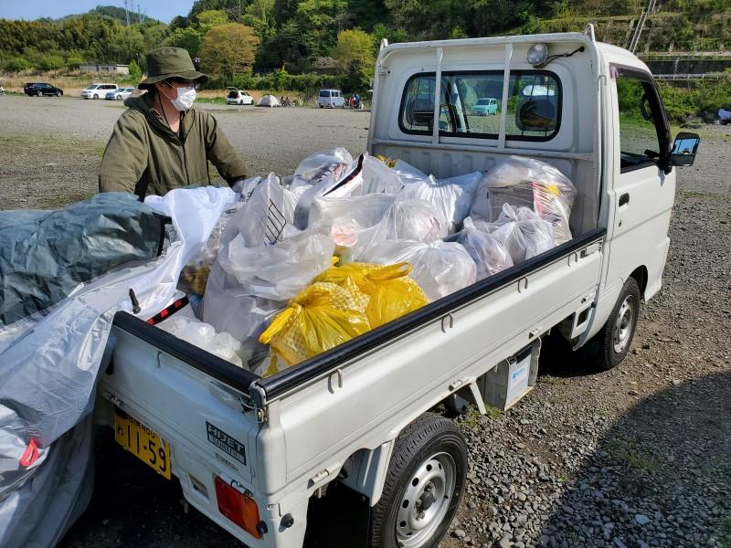 清掃活動で集まった軽トラ一杯分のゴミ