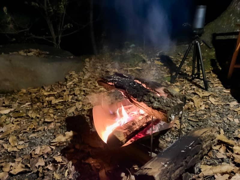 焚き火に薪を足すのをやめる