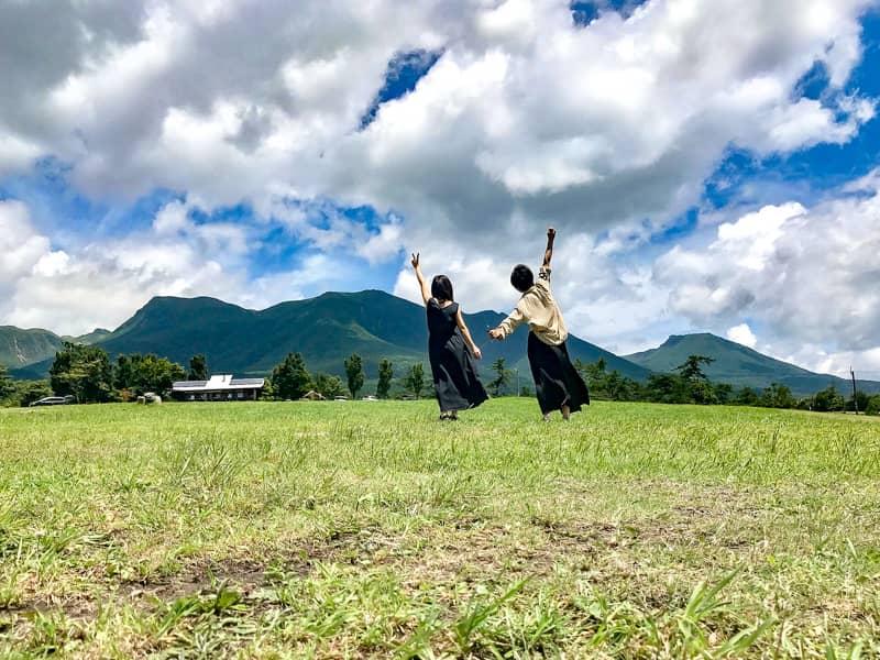 芝生と女性2人