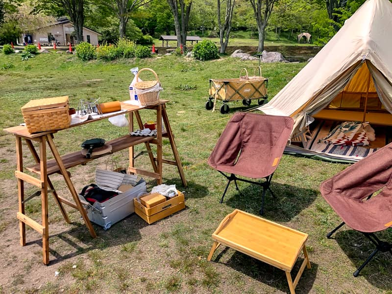 芝生の上のアスガルドミニとキャンプ用品