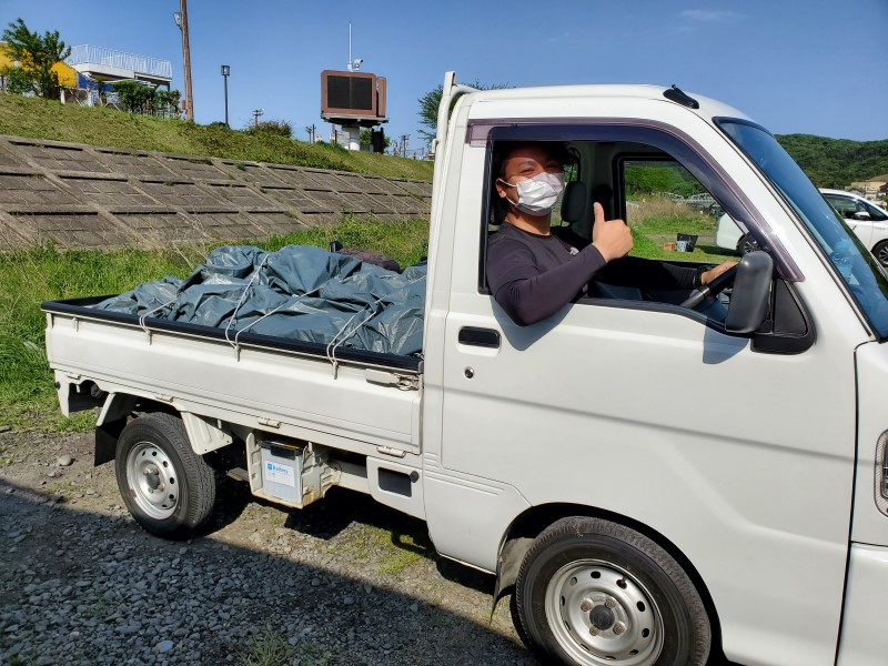 軽トラの荷台いっぱいのゴミを運ぶキャンプクエスト編集部員