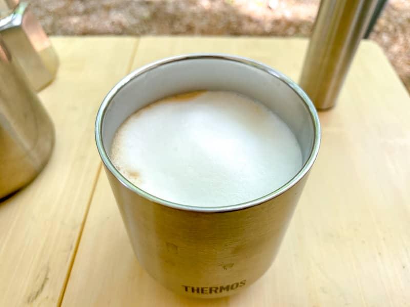 エスプレッソに泡を注いでカフェラテの完成