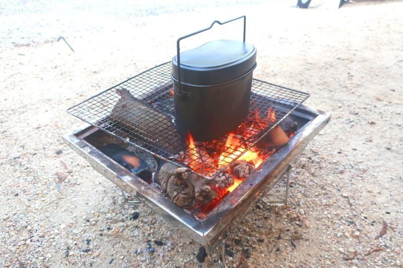 キャンプで飯盒炊爨