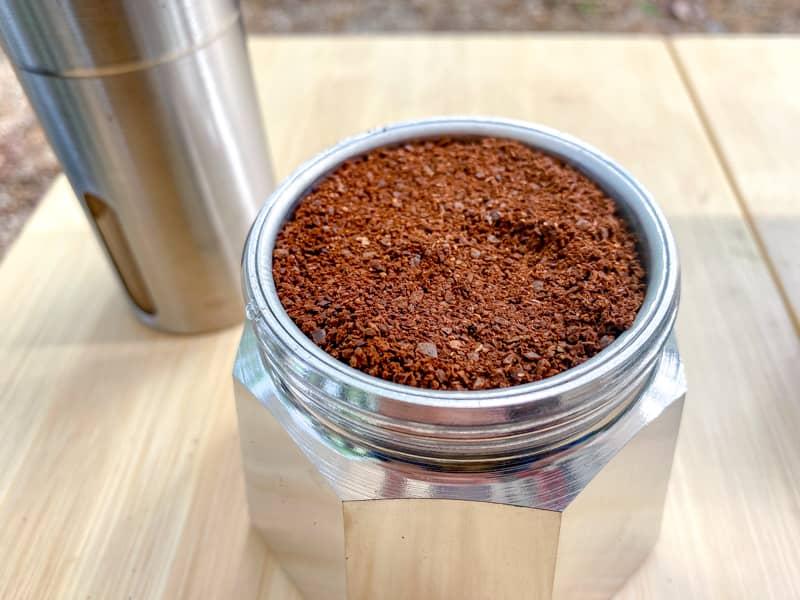 バスケットいっぱいに入れたコーヒー豆