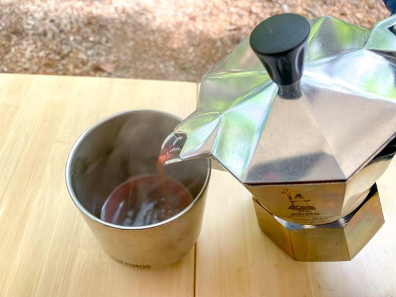 モカエキスプレスで作ったエスプレッソをカップに注ぐ