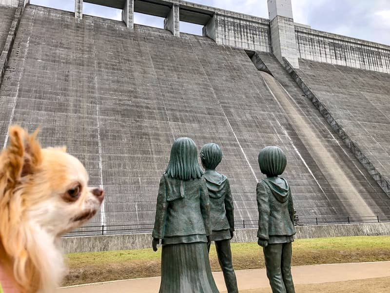 大山ダムにあるエレ達の銅像