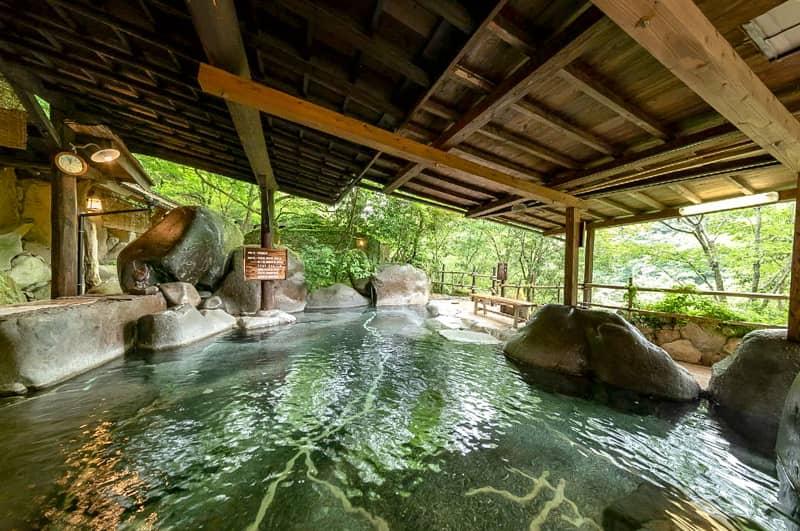 山荘天水の広い露天風呂の写真