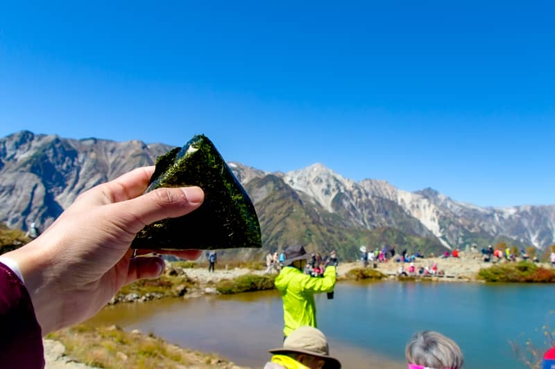 登山でおにぎりを食べる