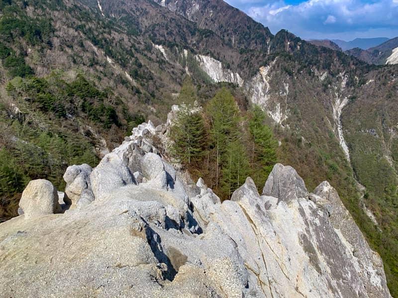 風化中の花崗岩の尾根