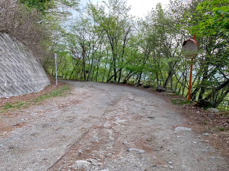 駐車場に続く道も大変悪路