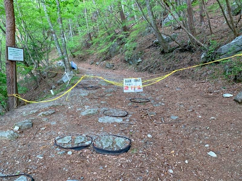 駐車場の先は林道が崩落したため、通行止め