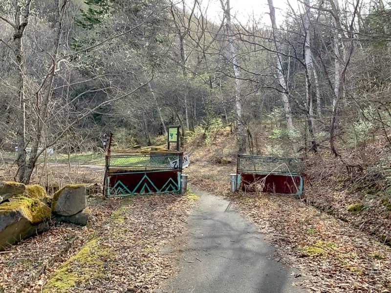 オートキャンプ場を暫く進むとゲートが見えてきます