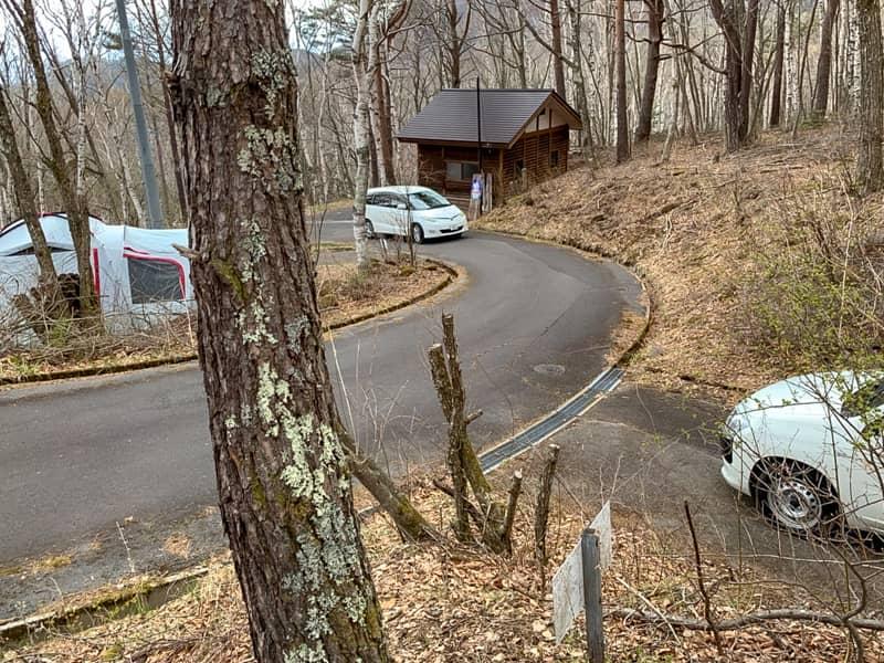 キャンプ場内の道はとても狭い