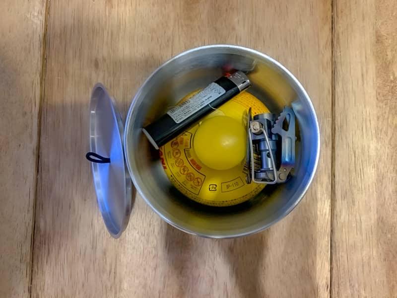 クッカーの中にOD缶やライター