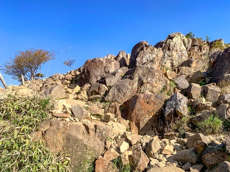 ゴツゴツの急登の岩場を登る箇所