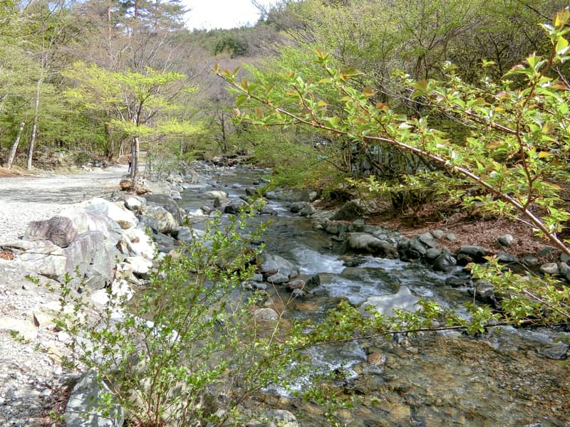 テントの前の川