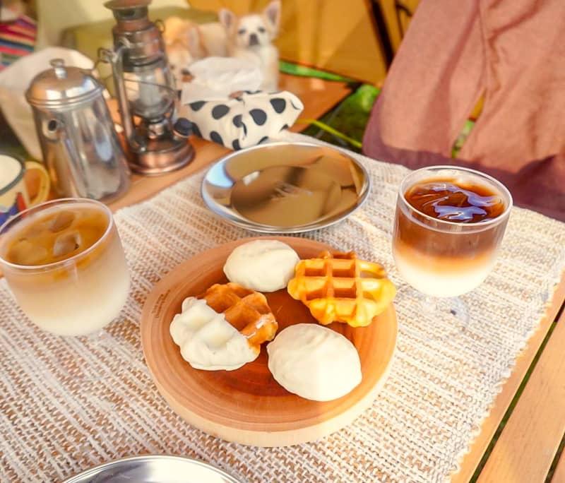 テーブルの上のカフェラテとおやつ