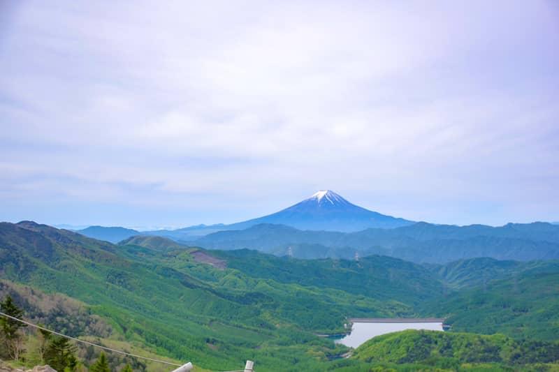 富士山と大菩薩湖の景色