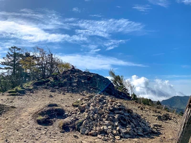 岩を登りきると「雷岩」に到着です