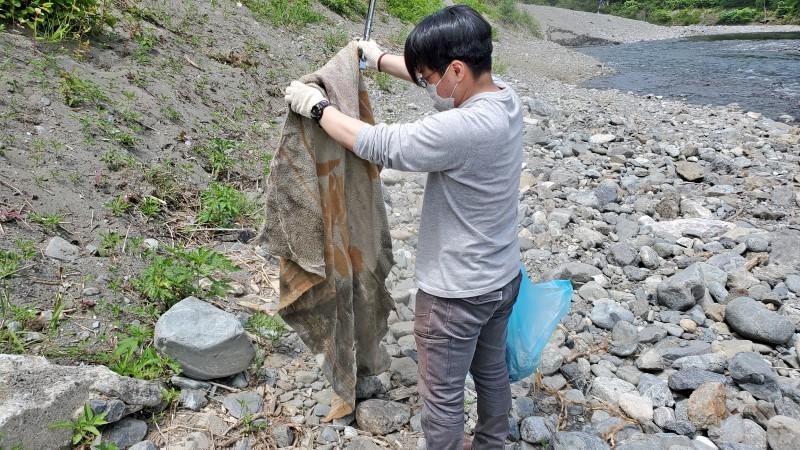河原に捨てられていた毛布