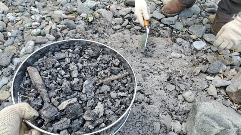 燃え残りの炭と石や砂を分離