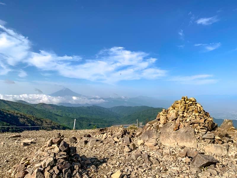 登山道から脇にそれた場所にあるケルン群